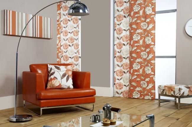 Combinaison harmonieuse du motif floral des rideaux japonais et de l'intérieur d'un salon cosy