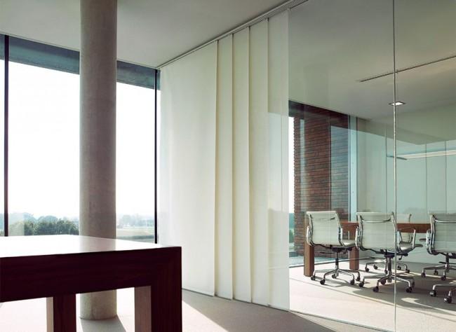Cloisons vitrées et rideaux à panneaux japonais pour créer des espaces privatifs dans un espace bureau