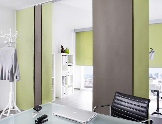 Les rideaux japonais peuvent non seulement remplir une fonction de protection, mais également diviser l'espace d'une pièce en zones.  Vous devrez fixer les corniches au plafond