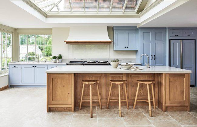 La couleur beige de la cuisine est combinée avec succès avec d'autres couleurs intérieures.