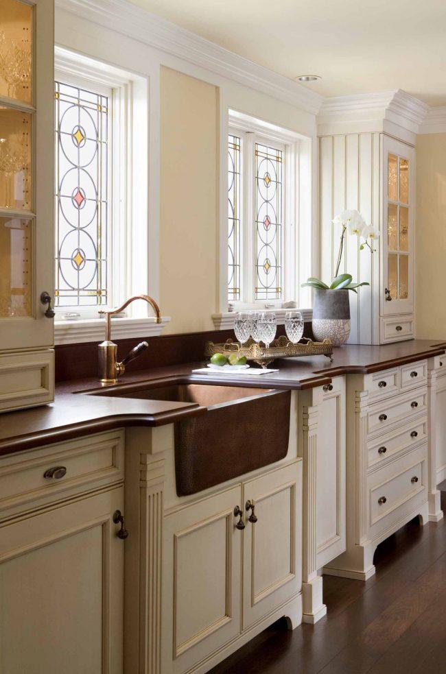 L'utilisation des couleurs beige et marron dans la conception de la cuisine lui confère rigueur et raffinement.