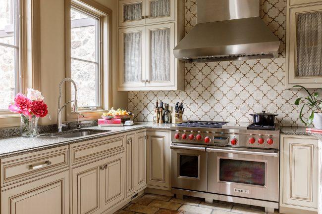 Une cuisine beige délicate avec des surfaces brillantes est très impressionnante