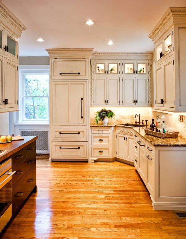 L'éclairage ponctuel contribuera à rendre l'intérieur de la cuisine plus aéré et réfléchi.