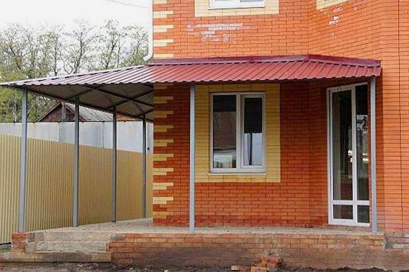 Auvents de toit au-dessus du porche en carton ondulé