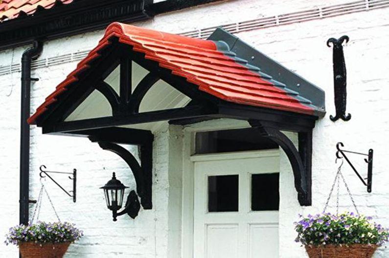 Auvents de toit en métal au-dessus du porche