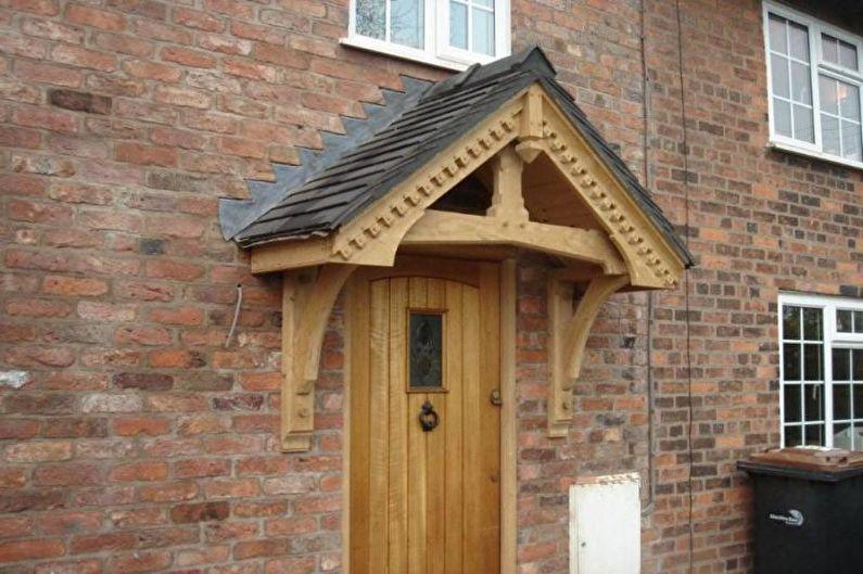 Auvents en bois au-dessus du porche