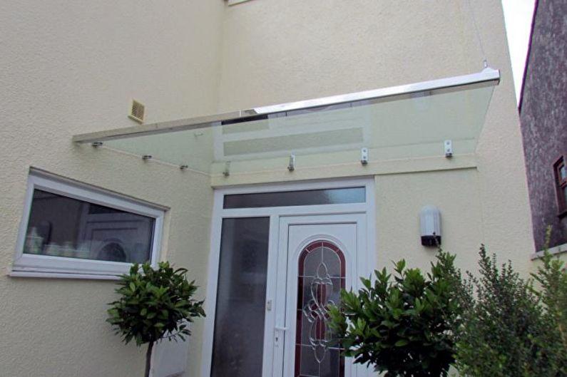 Auvents en verre au-dessus du porche