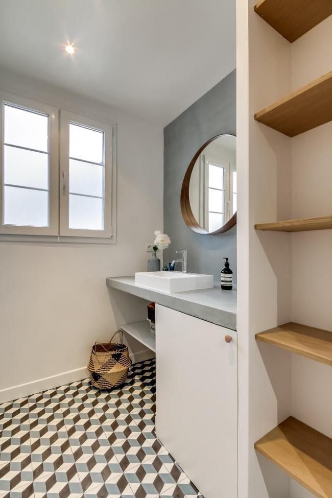 Si vous souhaitez diluer la monotonie de la salle de bain, vous pouvez utiliser des carreaux ternes multicolores.