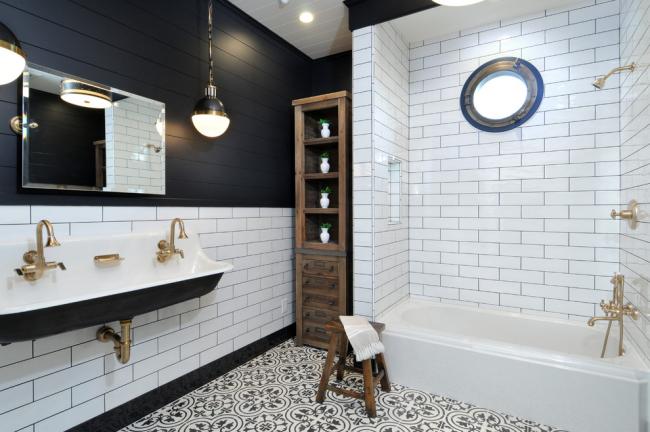 Placement compact et très pratique des appareils de plomberie dans une salle de bain spacieuse