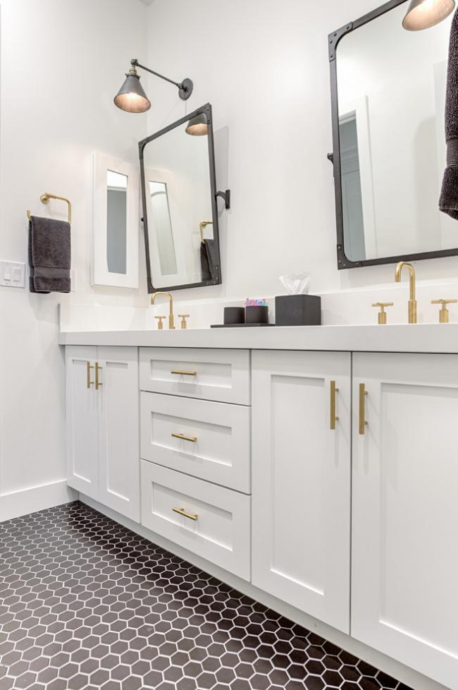 Un minimum d'accessoires de bain ajoute de l'espace et du volume à la pièce sans perdre sa fonctionnalité