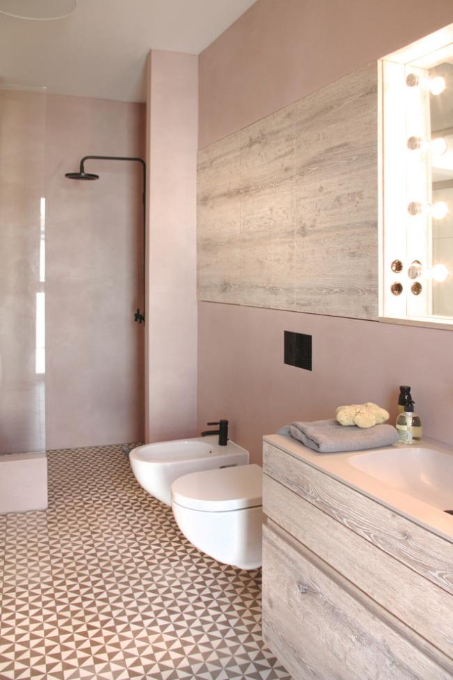 Salle de bain confortable décorée dans des tons pastel