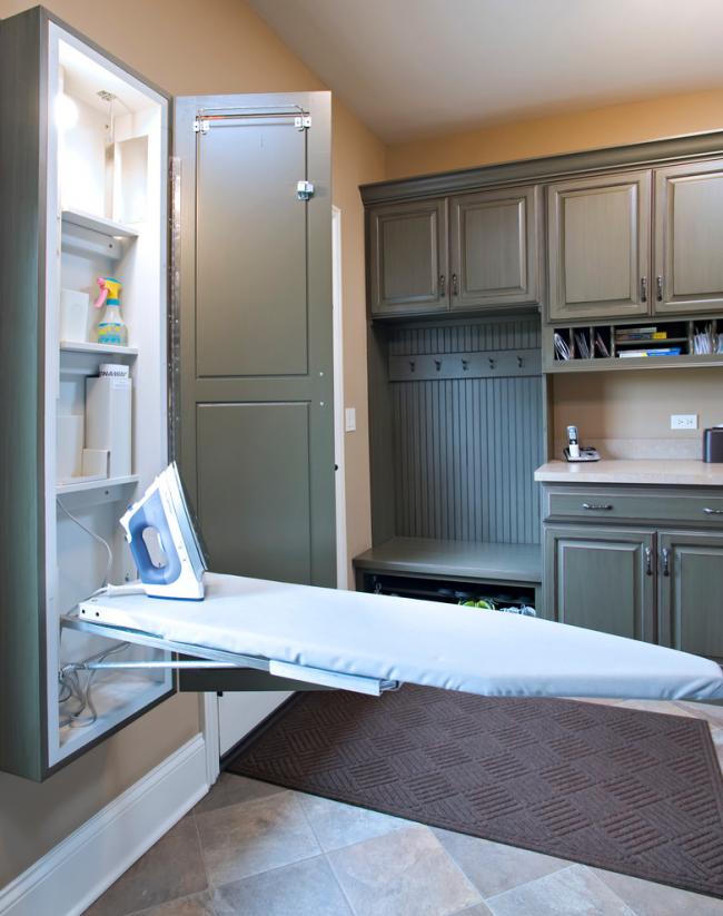 La planche à repasser intégrée dans un placard séparé n'occupe pas d'espace précieux dans l'armoire ou au sol