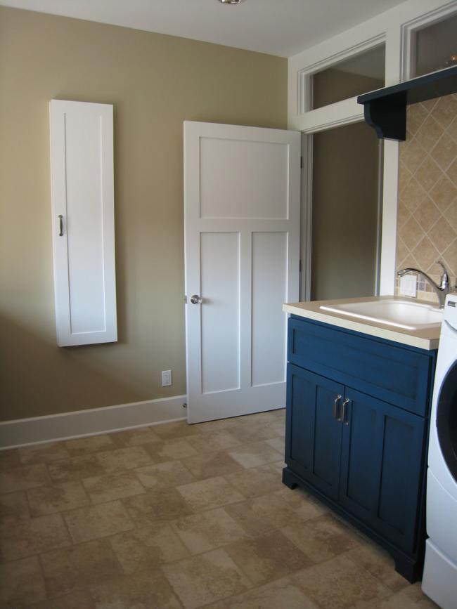 L'intérieur de la maison ne perdra pas de son attrait avec une version réussie de la porte d'armoire avec une planche à repasser intégrée.