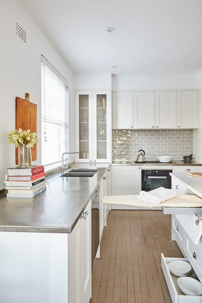 Grâce à ses dimensions compactes, la table à repasser intégrée peut être placée dans n'importe quelle pièce