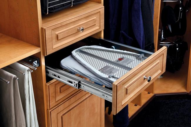 La planche à repasser coulissante peut être installée dans presque tous les meubles