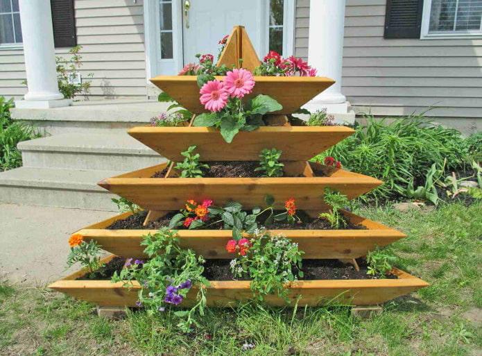 pyramide de parterre de fleurs en bois