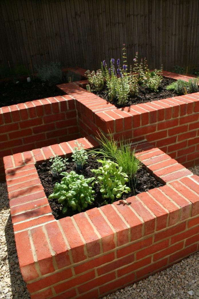 jardin de fleurs en brique monolithique