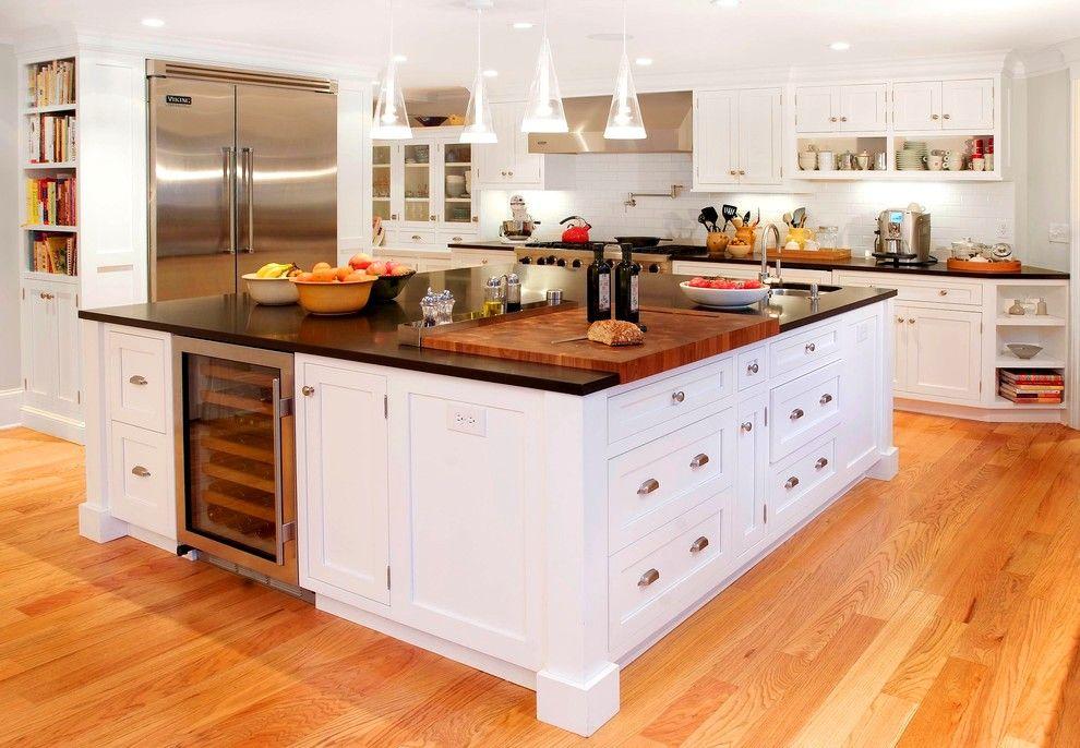 La principale caractéristique de la cuisine intégrée - la compacité - vous permet de placer une grande table multifonctionnelle au centre de l'intérieur