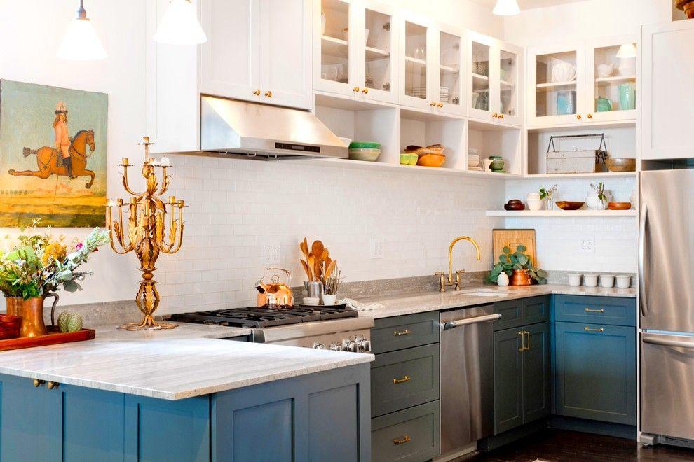 Il vaut la peine d'ajouter des détails bleus et dorés nobles - et la cuisine intégrée