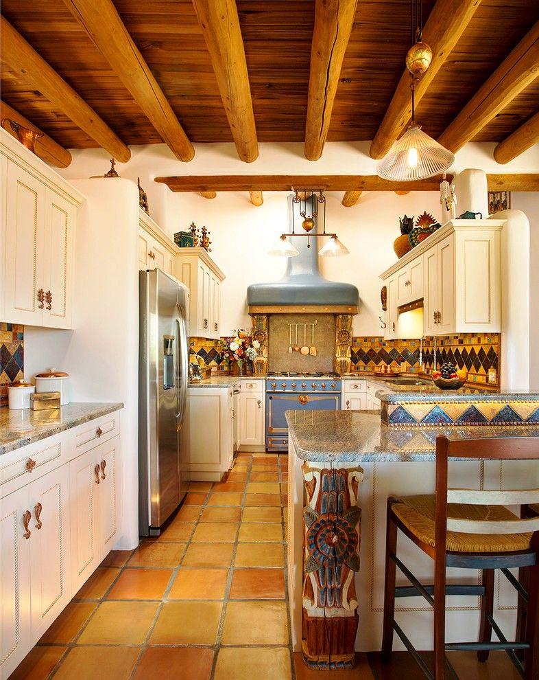 Le design éclectique de la cuisine intégrée est audacieux, original et très élégant