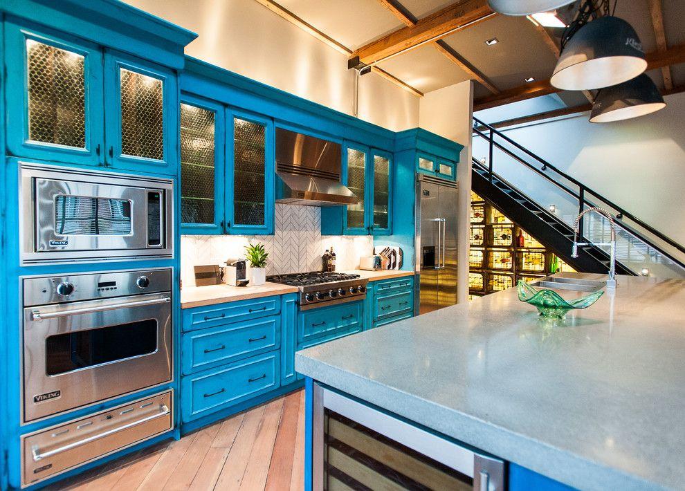 La couleur bleue juteuse des meubles, associée à une telle cuisine intégrée, fera de toute cuisine un processus passionnant.