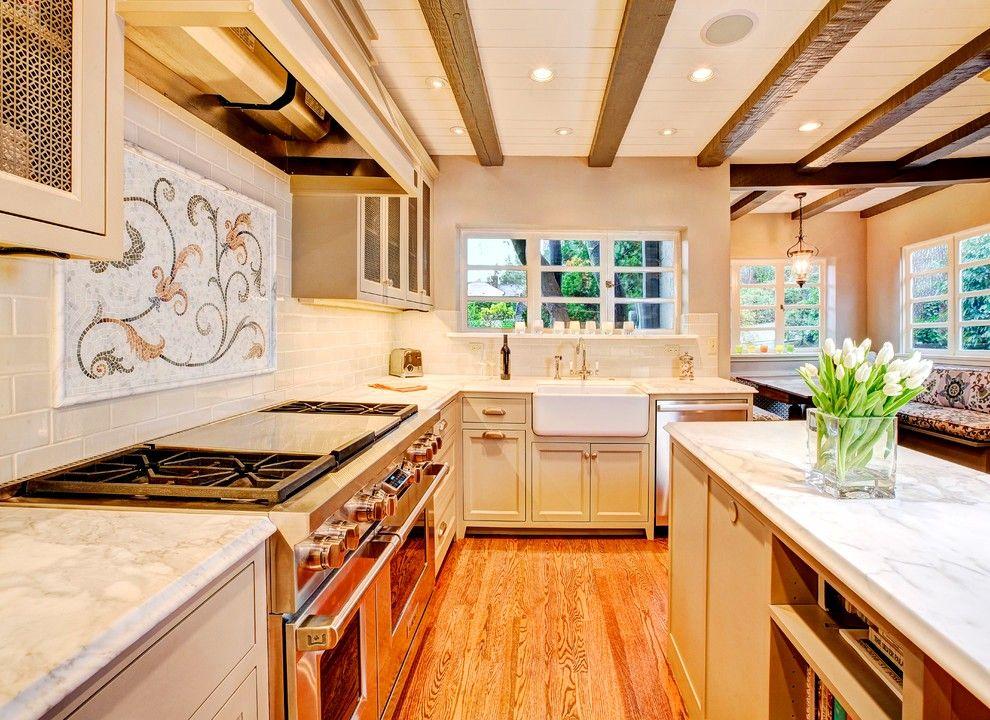 Une grande cuisinière est une véritable trouvaille qui peut devenir l'assistante principale de l'hôtesse d'une cuisine intégrée.