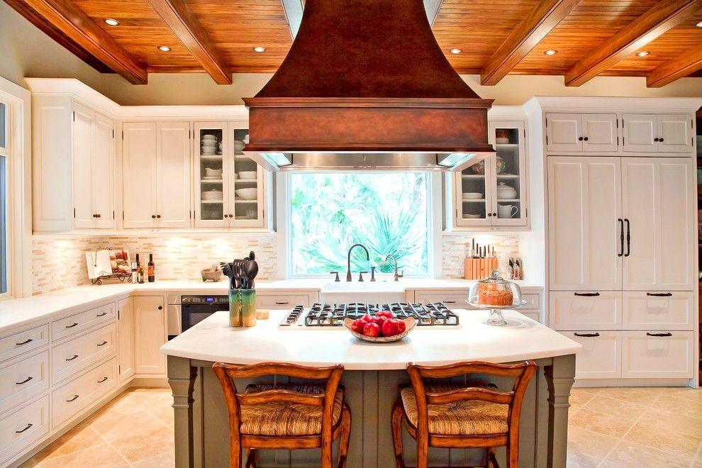 Une grande hotte en bois dans la cuisine intégrée deviendra un élément lumineux sur fond de meubles blancs.