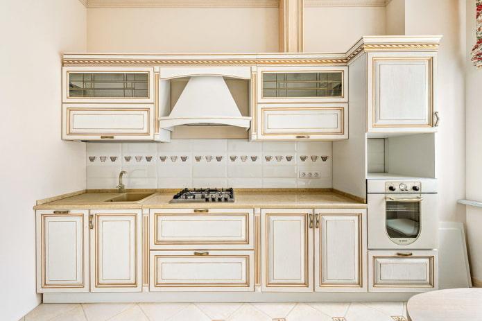 tablier à l'intérieur d'une cuisine classique