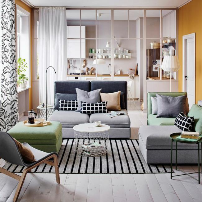 Les meubles jouent un rôle important à l'intérieur du salon.