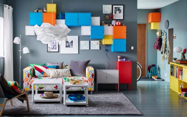 Un modèle intéressant d'étagères aux couleurs vives