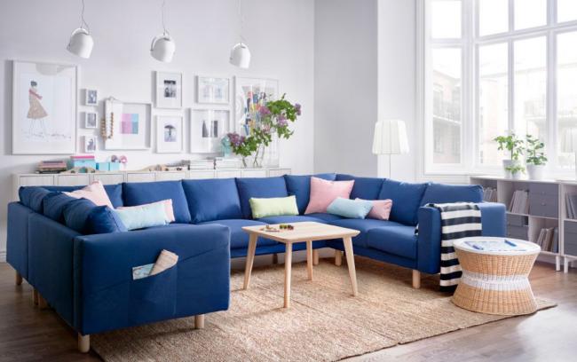 Canapé confortable en forme de U au centre du coin salon