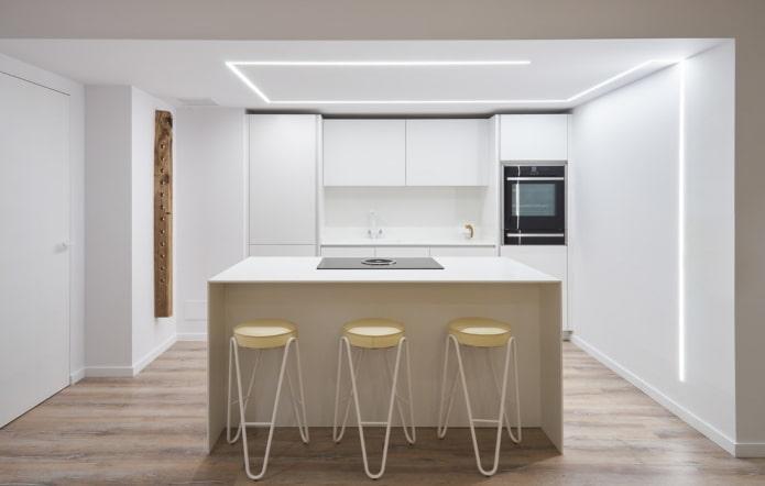 Plafond blanc avec éclairage dans la cuisine