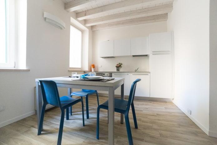 Cuisine blanche avec chaises bleues