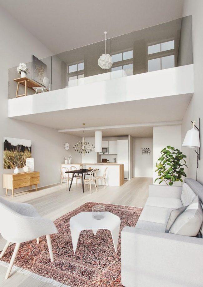 Un appartement sur deux niveaux en blanc semble visuellement encore plus spacieux