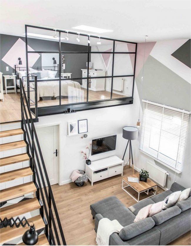Appartement duplex étroit avec un escalier de vol contre le mur