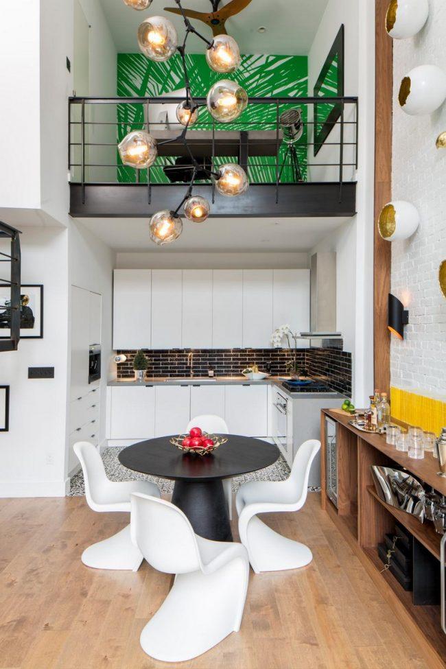 Petit appartement de deux étages avec un mini bureau au deuxième étage