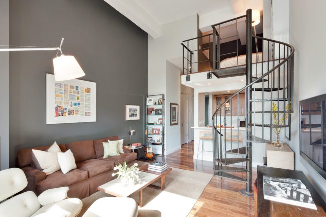 Combinaison harmonieuse de nuances de l'intérieur de l'appartement avec un escalier en colimaçon en graphite