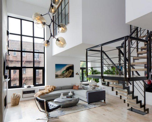 Une nouveauté originale - une fenêtre commune sur deux niveaux de l'appartement
