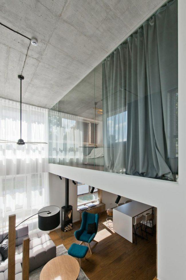 Vitrage panoramique de l'étage supérieur d'un appartement en duplex