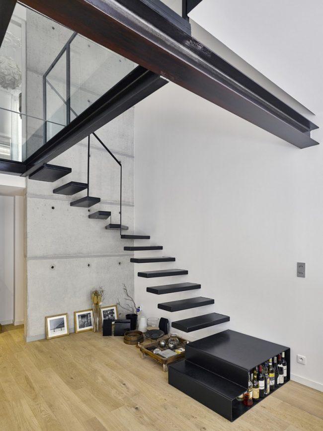 Intéressant escalier d'angle sans garde-corps de style Art Nouveau