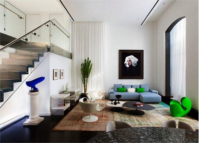 Appartement en duplex de style minimaliste avec des éléments de décoration juteux et lumineux