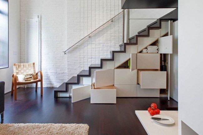 L'emplacement correct des escaliers ne volera pas l'espace d'un petit appartement en duplex