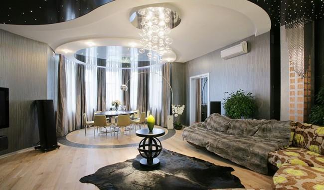 Un plafond à deux niveaux conviendra dans une salle décorée dans n'importe quel style