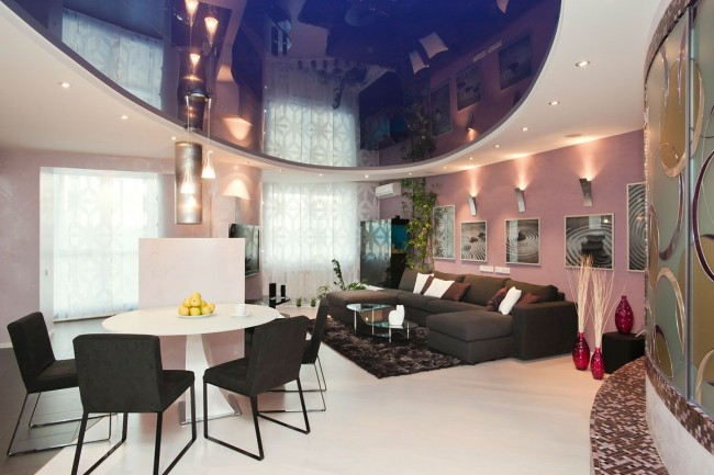 Cette forme de plafond confère à la pièce douceur et confort.