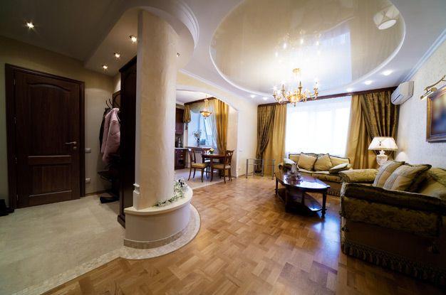 Le plafond à deux niveaux a fière allure dans un intérieur classique