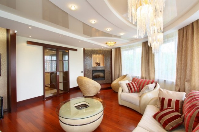 Les lignes douces et la couleur pastel agréable du plafond créent une atmosphère chaleureuse dans le hall