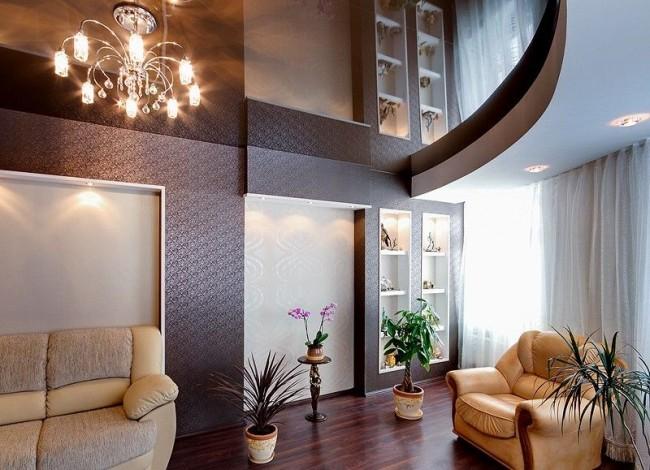 Le matériau brillant au plafond rend visuellement la pièce plus spacieuse