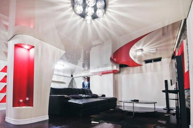Les lustres luxueux en verre ou en cristal seront très élégants sur fond de plafond à deux niveaux.