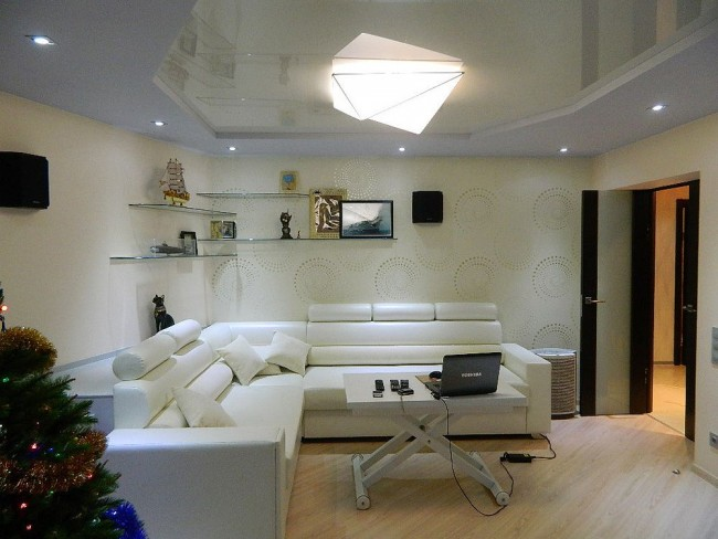 Salon blanc délicat avec plafond superposé blanc