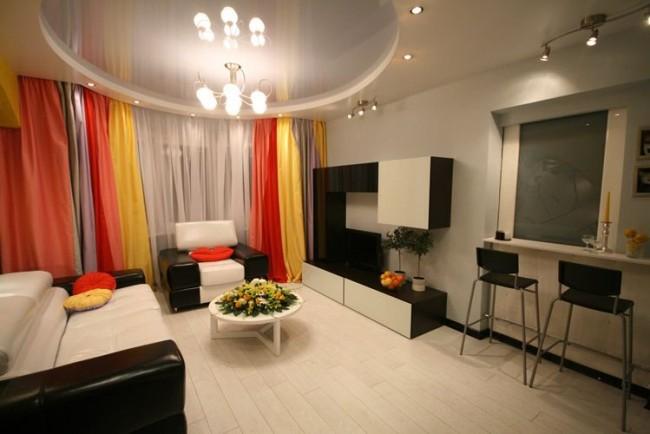 En raison des propriétés réfléchissantes du brillant, une pièce avec un tel plafond semble plus lumineuse.